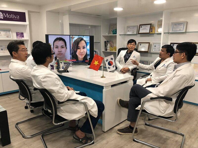 đội ngũ bác sĩ TMV Gangwhoo đang nghiên cứu về khách hàng
