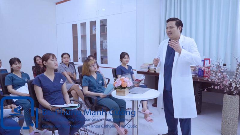 Bác sĩ Phùng Mạnh Cường chia sẽ cùng học viên
