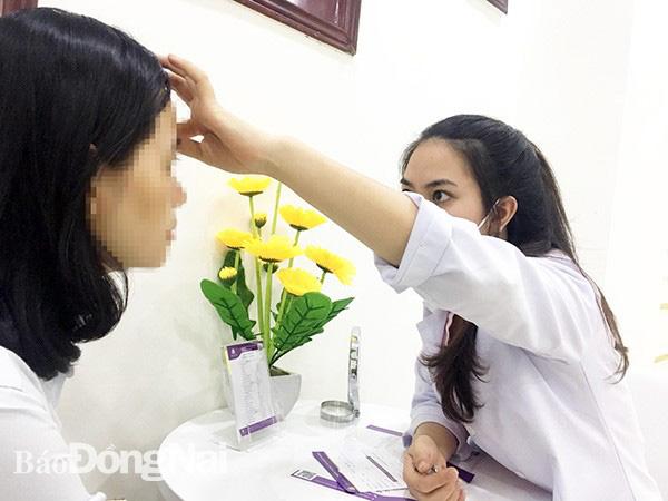 Tư vấn cắt mí mắt tại một cơ sở làm đẹp ở TP.Biên Hòa