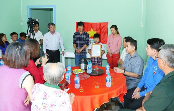 Tổng biên tập Báo Đồng Nai Nguyễn Tôn Hoàn phát biểu sau khi trao quyết định bàn giao căn nhà mới cho gia đình anh Nguyễn Hoàng Lộc