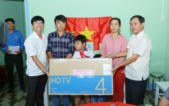 Gia đình anh Lộc được nhận một chiếc tivi mới do Báo Đồng Nai vận động tài trợ