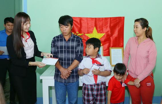 Đại diện Trung tâm anh ngữ Việt Mỹ (VMG) tặng quà cho gia đình anh Lộc