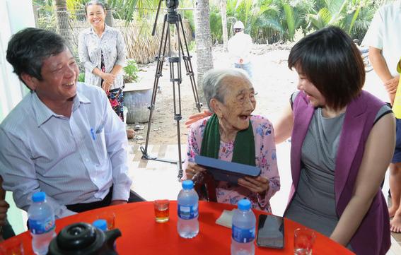 Đại diện Thẩm mỹ viện Gangwhoo tại Biên Hoà tặng quà cho Mẹ Việt Nam Anh hùng Đặng Thị Ký là bà nội của anh Lộc.