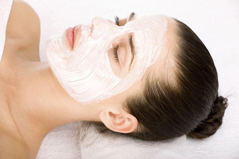 đắp mặt nạ là bước không thể thiếu trong việc chăm sóc da mặt