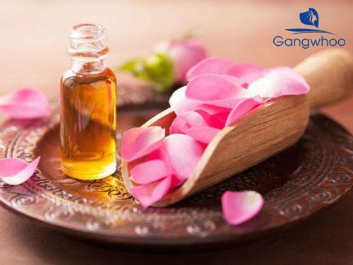 gội đầu bằng tinh chất hoa hồng giúp trị da đầu nhờn