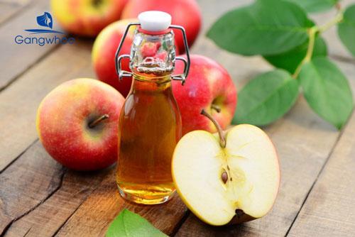 Trị da đầu nhờn bằng giấm táo