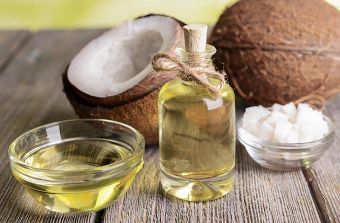 Cách trị gót chân nứt nẻ bằng dầu dừa