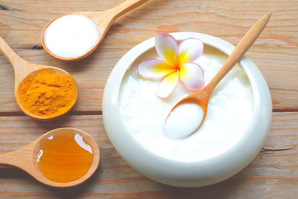 mặt nạ sữa chua và nghệ giúp giảm sưng, giảm viêm