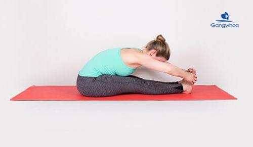 Bài tập yoga gập người giúp thon gọn bắp chân