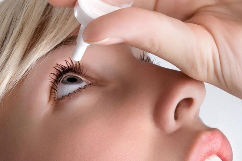 Dùng thuốc nhỏ mắt là cách chữa sụp mí mắt tại nhà phổ biến