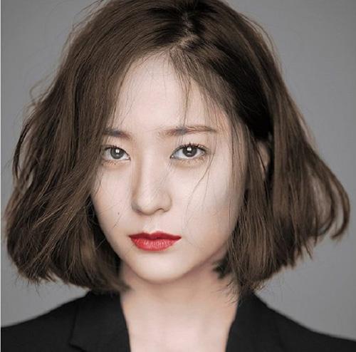 Nữ giới có khuôn mặt dài nên cắt tóc kiểu gì - nên cắt tóc ngắn ngôi lệch