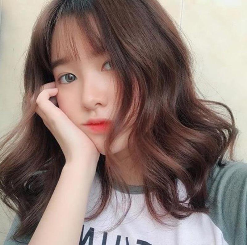 Nữ có khuôn mặt dài nên cắt tóc kiểu gì - cắt tóc ngắn và uốn gợn sóng nước