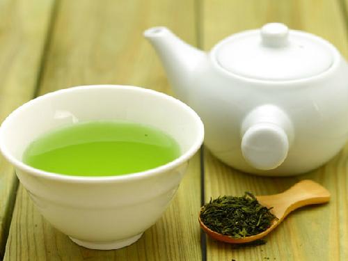 người bệnh liệt dây thần kinh số 7 có thể pha nước trà xanh để uống hàng ngày