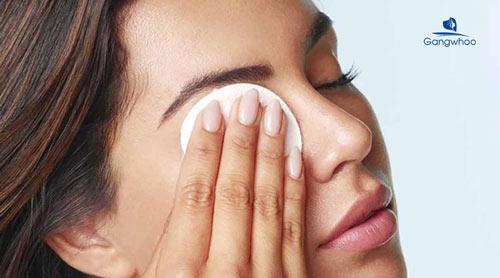 Bước 4: Sát khuẩn vùng mí mắt
