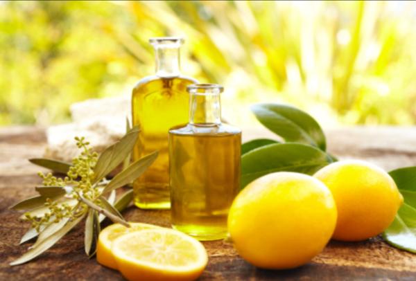 Làm dưỡng môi bằng dầu oliu và chanh