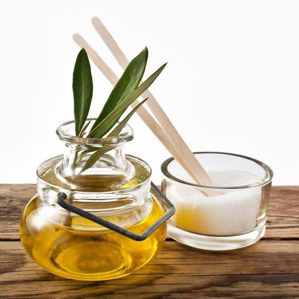 Dưỡng môi bằng dầu oliu với đường